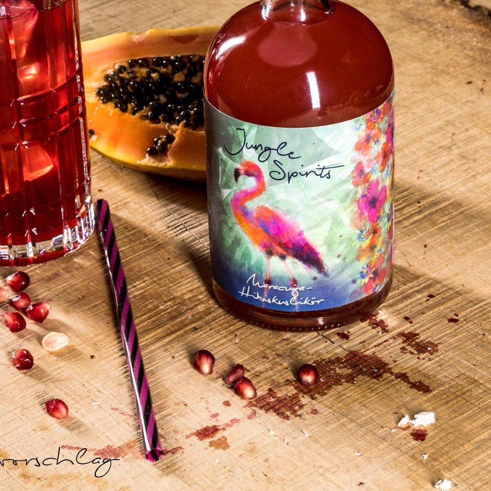 Maracuja-Hibiskuslikoer mit Glas und Fruechten