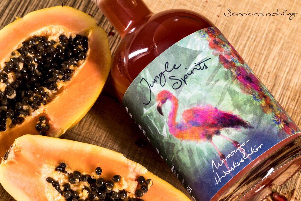Maracuja-Hibiskuslikoer im fruchtigen Papaya-Setting.