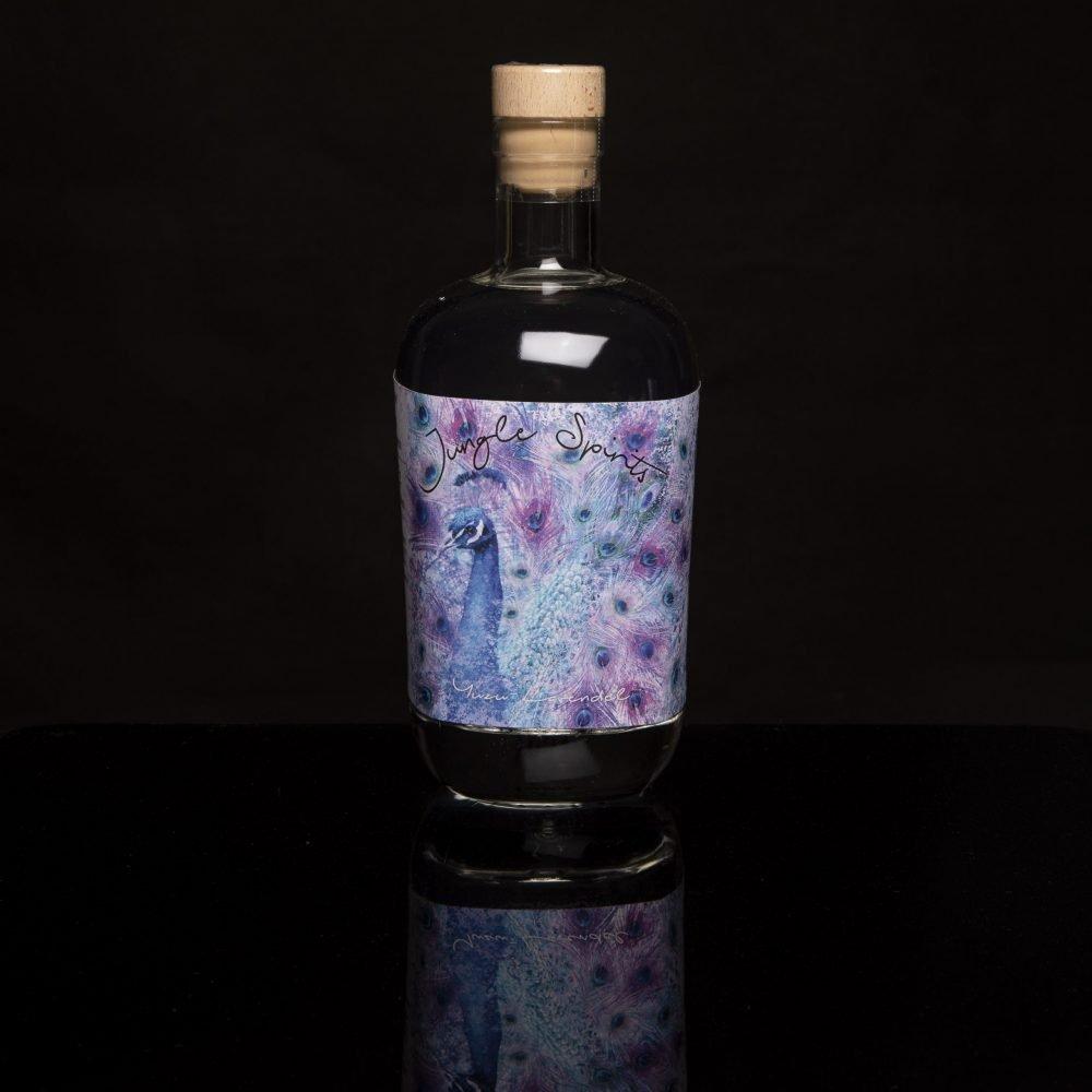 Ein bunter, fluoreszierender Pfau, als Produktbild unseres Yuzu-Lavendel-Außenetiketts..