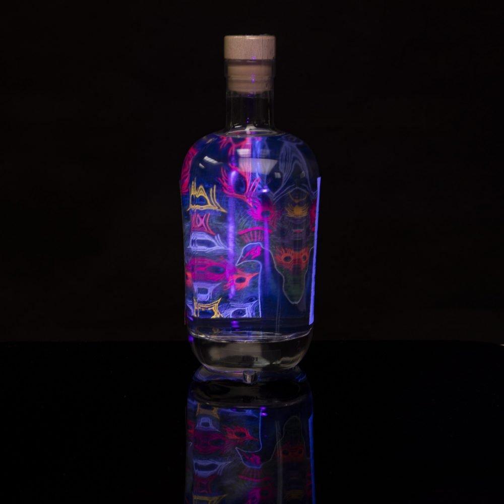 Ein bunter, fluoreszierender Pfau, als Produktbild unseres Yuzu-Lavendel-Innenetiketts..
