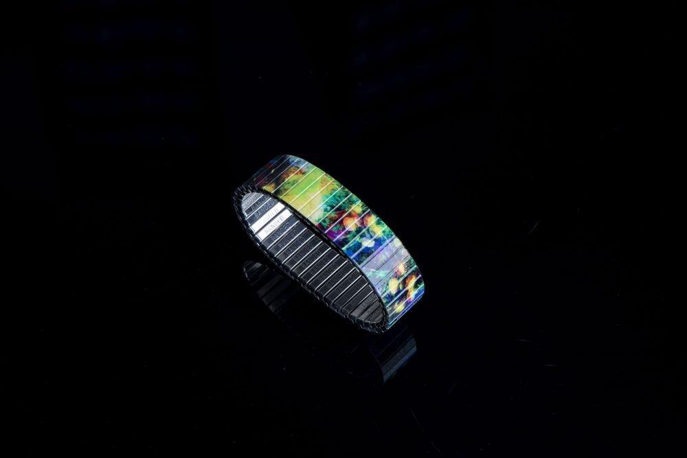 Sehr buntes Armband mit hochwertigem Druck.