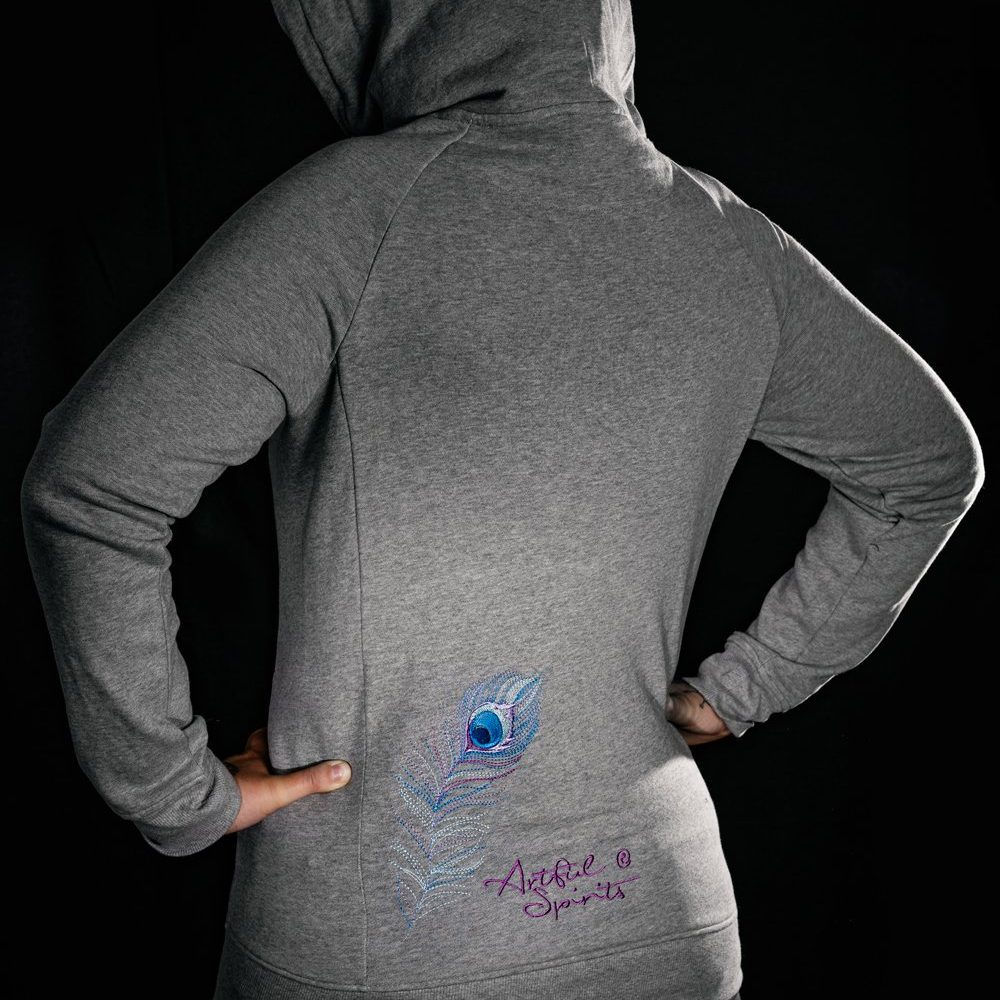 Grauer Damen Hoodie mit sechs verschiedenen Pastellfarben, gestickten Pfauen-Motiv, mit zusätzlicher Feder-und Logostickung auf der Rückseite.