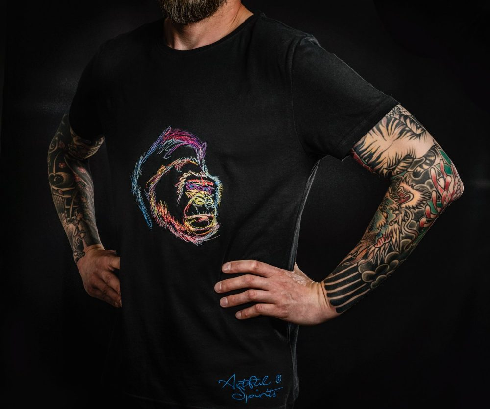Schwarzes Tshirt aus Bio-Baumwolle mit buntem Gorilla-Motiv.