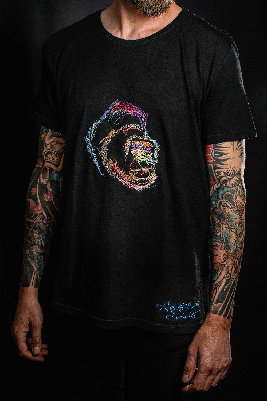 Schwarzes, fairgehandeltets Herren-Tshirt mit farbenfrohem Gorilla-Motiv.