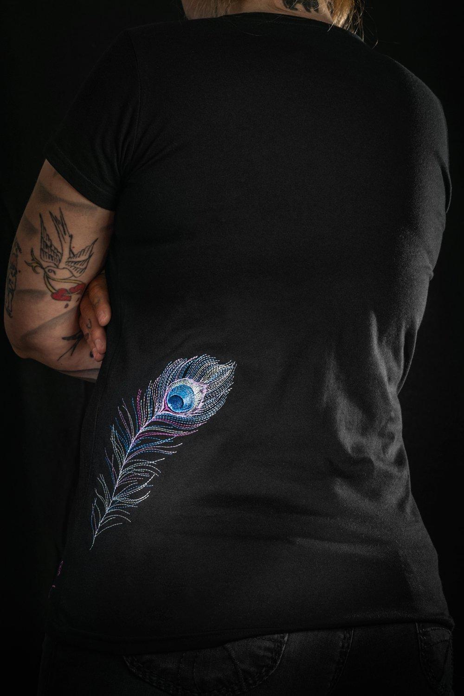 Tshirt mit pastellfarbenener Feder-Stickung auf der Rückseite.